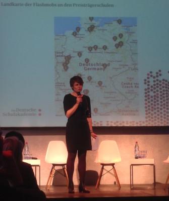 Moderatorin und Akademie-Team-Mitglied Catrin Boldebuck stellt die Orte vor, an denen Schüler von Schulpreisschulen Flashmobs gestartet haben