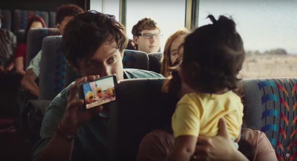 "Aus dem Video ""Vodafone Werbung 2015 EasyTravel Roaming"" via YouTube"