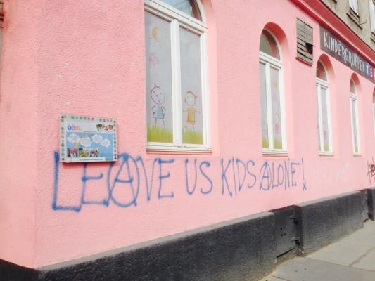 Leave Us Kids Alone an der Hauswand eines Wiener Kindergartens