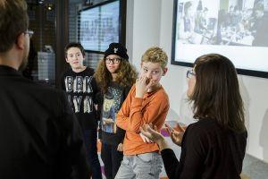 Jugendliche geben Einblicke in die Workshoparbeit vom Nachmittag; Thomas Imo/ photothek.net