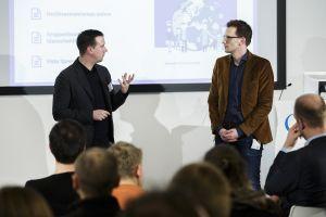 """Johannes Baldauf (Amadeu Antonio Stiftung) und Björn Schreiber (FSM) stellen die Einheit """"Hass in der Demokratie begegnen"""" vor; Thomas Imo/ photothek.net"""