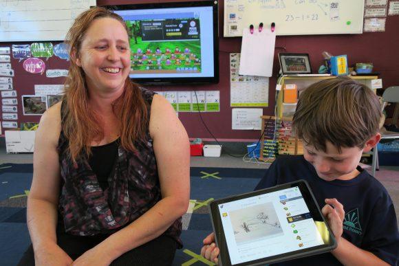 Sohn von Alexandra Hessler mit seiner Lehrerin. Foto: Alexandra Hessler, privat.