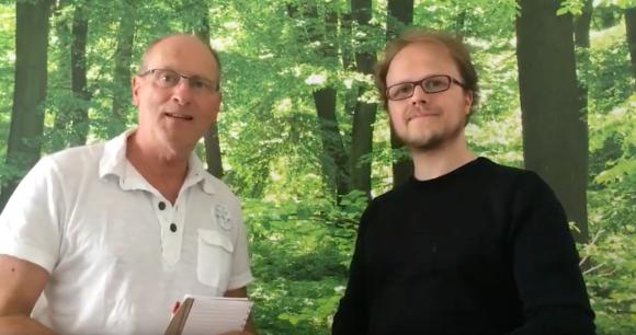 Joachim Sucker und Jöran Muuß-Merholz stehen im Wald