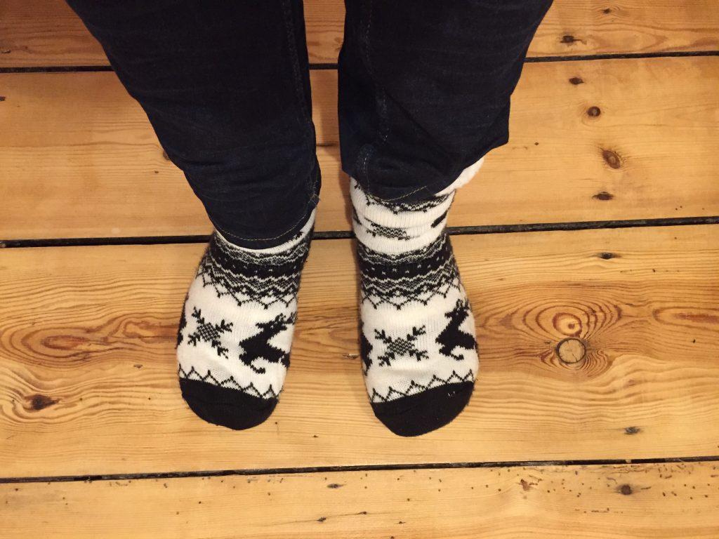 Fußansicht, unseriös mit Wollsocken