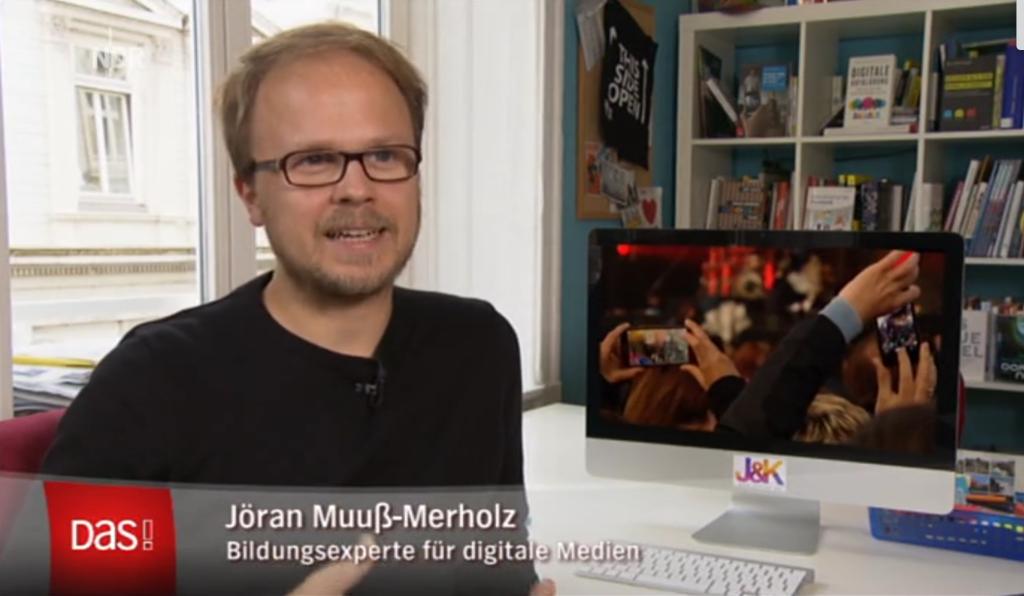 Jöran Muuß-Merholz sitzt an einem Schreibtisch und gibt ein Interview.