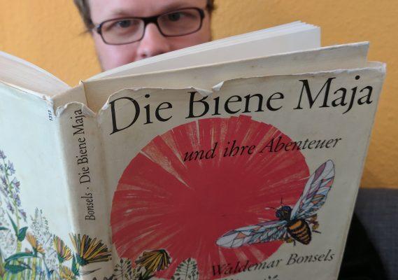 """Jöran liest die Biene Maja (Buch """"Die Biene Maja"""", im Hintergrund Jöran)"""