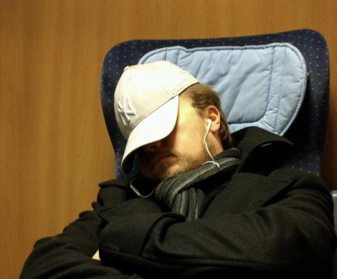 Jöran schläft im Zug