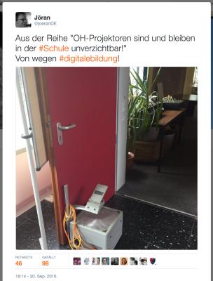 """Screenshot des Tweets mit dem Foto von einem Overhead-Projektor und dem Text """"Aus der Reihe """"OH-Projektoren sind und bleiben in der #Schule unverzichtbar!"""" Von wegen #digitalebildung!"""""""