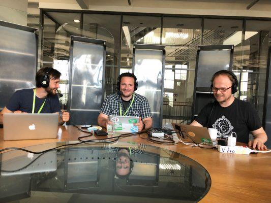"""Thomas Haubner (li), André Hermes (mi) und Jöran Muuß-Merholz bei der Aufzeichnung des Podcasts. Foto von Gabi Fahrenkrog <a href=""""https://creativecommons.org/licenses/by/4.0/"""">CC BY 4.0</a>"""