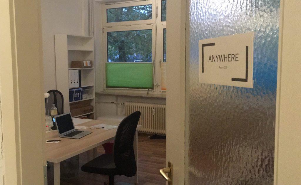 """eine Bürotür mit einem Schild, auf dem """"Anywhere"""" steht"""