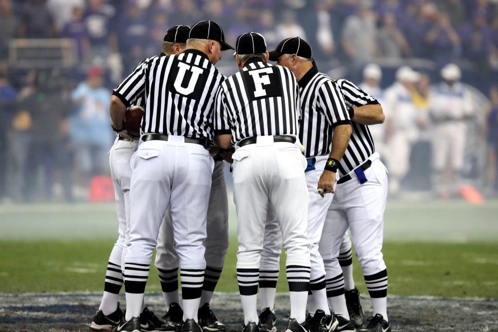 Schiedsrichter beratschlagen untereinander