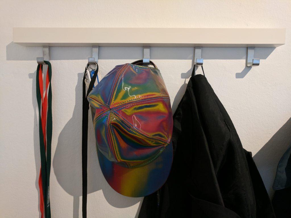 Der Hut eines Zeitreisenden an der Garderobe