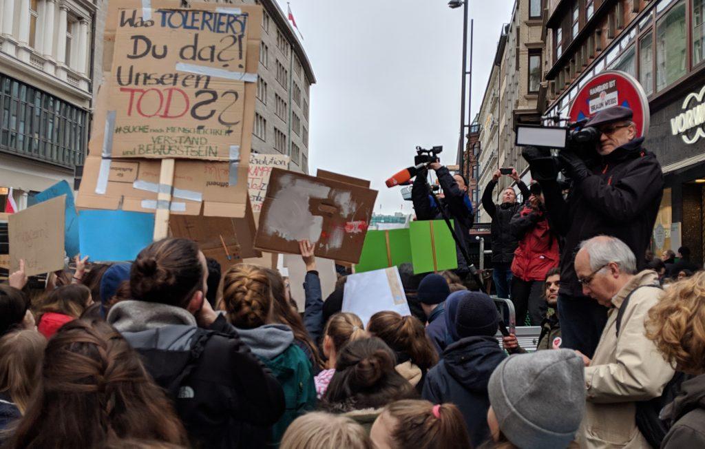Erwachsenen fotografieren und filmen jugendliche Demonstaten