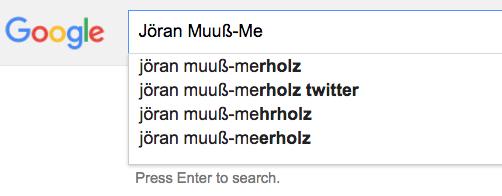 """Screenshot einer Google-Suche, die bei der Eingabe von """"Jöran Muuß-Me"""" verschiedene Schreibweisen am Ende des Namens vorschlägt"""
