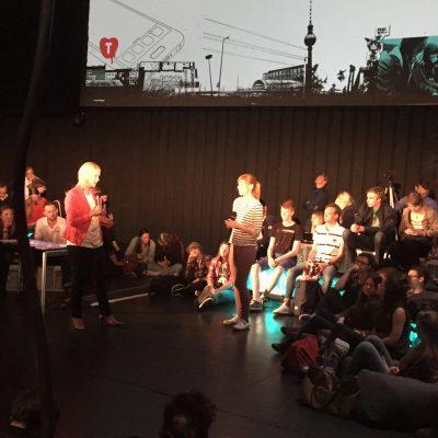 TINCON 2016: Zur Eröffnung fragen Jugendliche die Bundesfamilienministerin Manuela Schwesig aus.