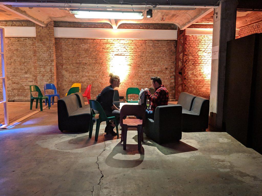 Meet-your-Speaker-Ecke mit zwei Menschen bei der re:learn der re:publica 2019 #rp19